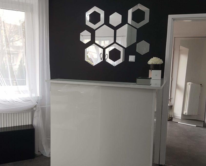 Dekoracyjne naklejane lustra na ścianę